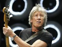 <p>Лидер группы Pink Floyd Роджер Уотерс во время концерта Live Earth в Нью-Йорке 7 июля 2007 года. Легенды британской рок-музыки группа Pink Floyd во вторник подала иск к звукозаписывающей компании EMI о выплате авторских гонораров с продаж альбомов группы в цифровом формате. REUTERS/Lucas Jackson (UNITED STATES)</p>