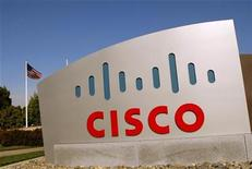 <p>Foto de archivo del logo de la compañía Cisco Systems en su sede de San Jose, EEUU, feb 3 2010. Cisco Systems, el principal fabricante de equipos de redes del mundo, presentó un router que dice que puede manejar el tráfico de Internet 12 veces más rápido que el producto más parecido de la competencia. REUTERS/Robert Galbraith</p>