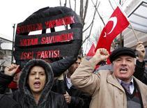 """<p>Демонстранты, организовавшие акцию протеста рядом со зданием посольства США в Анкаре, 5 марта 2010 года. Турецкий посол не вернется в США до тех пор, пока Анкара не получит """"четкого сигнала"""" о дальнейшей судьбе резолюции, признающей """"геноцидом"""" массовые убийства армян турками в 1915 году, заявил во вторник премьер-министр Реджеп Тайип Эрдоган. REUTERS/Umit Bektas</p>"""