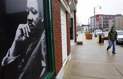 <p>Фотография правозащитника Мартина Лютера Кинга в окне одного из зданий в городе Мемфис, штат Теннесси, 3 апреля 2008 года. Некоторые значительные события в мировой истории, произошедшие 10 марта. REUTERS/Mike Segar</p>
