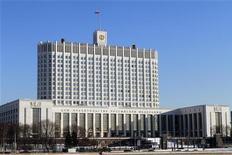 <p>Здание правительства РФ в Москве 5 февраля 2010 года. Правительство РФ снова не вписывается в намеченные рамки бюджетного дефицита - в 2011 году даже при самой жесткой экономии до желаемых четырех процентов ВВП не хватает как минимум 0,5 процентных пункта, говорят источники Рейтер. REUTERS/Alexander Natruskin</p>