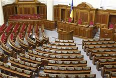 <p>Депутат ждет начала парламентской сессии, Киев 2 марта 2010 года. Президент Украины Виктор Янукович и его сторонники в Верховной Раде планируют в четверг объявить о создании новой парламентской коалиции и начать формировать правительство, главой которого, скорее всего, будет лояльный и исполнительный соратник Януковича. REUTERS/Gleb Garanich</p>