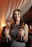 """<p>Diretora Kathryn Bigelow posa com seus Oscars por """"Guerra ao Terror"""" depois da cerimônia em Hollywood. Dois dias depois de ela se tornar a primeira mulher a conquistar o Oscar de direção, observadores dizem que o reflexo no mercado cinematográfico para mulheres pode levar anos. 08/03/2010 REUTERS/Mario Anzuoni</p>"""