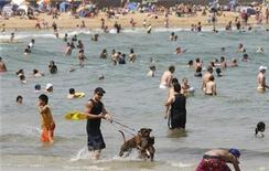 <p>People cool off in the water at a beach in Melbourne January 31, 2009. REUTERS/Mick Tsikas</p>