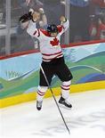 """<p>Канадский хоккеист Сидней Кросби радуется победе в финале Олимпиады в Ванкувере 28 февраля 2010 года. Федерация хоккея Канады наконец-то нашла """"золотую"""" клюшку Сиднея Кросби, которой он забросил победную шайбу в финале олимпийского турнира. REUTERS/Todd Korol</p>"""