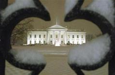 <p>Здание Белого дома в Вашингтоне 9 февраля 2010 года. Сенат США в среду пропустил законопроект о помощи безработным и налоговых льготах стоимостью $149 миллиардов, так как демократы продолжают бороться с высокой безработицей в преддверии выборов в Конгресс в ноябре. REUTERS/Larry Downing</p>