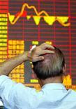 <p>Мужчина следит за ценами на акции в Шанхае 2 сентября 2003 года. Media Derivatives Inc планирует учредить первую в США биржу, которая будет торговать фьючерсами на кассовые сборы кинофильмов, сообщила частная компания в среду. REUTERS/Claro Cortes</p>