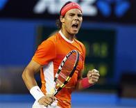<p>O espanhol Rafael Nadal durante as quartas-de-final do Aberto da Austrália em Melbourne, contra Andy Murray. O tenista vai disputar seu primeiro jogo competitivo na grama desde o título de 2008 em Wimbledon no torneio Queen's Club, em junho. 26/01/2010 REUTERS/Tim Wimborne</p>