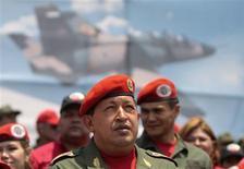 <p>Chávez participa de cerimônia em Barquisimeto. O presidente da Venezuela, Hugo Chávez, disse no sábado que a Internet precisa ser regulada, quando criticou um site local de notícias que dias atrás difundiu a informação sobre o falso assassinato de um de seus ministros.13/03/2010.REUTERS/Miraflores Palace/Handout</p>