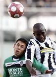 <p>Un momento della partita Juventus-Siena, finita in parità. REUTERS/Alessandro Garofalo</p>