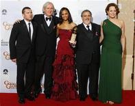 """<p>Il regista di """"Avatar"""" James Cameron e il produttore Jon Landau (secondo e quarto da sinistra)a una premiazione assieme agli interpreti del film (da sinistra) Sam Worthington, Zoe Saldana e Sigourney Weaver. REUTERS/Lucy Nicholson</p>"""
