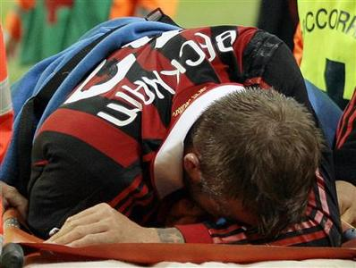 AC Milan's David Beckham leaves the pitch after being injured against Chievo during the Italian serie A soccer match at the San Siro stadium in Milan March 14, 2010. REUTERS/Alessandro Garofalo