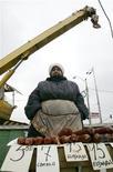 """<p>Женщина продает колбасу на рынке в предместье Киева 27 февраля 2009 года. Украина не допустит дефолта по госдолгам и срыва социальных выплат, несмотря на """"катастрофическое"""" состояние государственного бюджета и пенсионного фонда, пообещал новый министр финансов Федор Ярошенко. REUTERS/Konstantin Chernichkin</p>"""