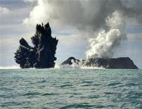 <p>Fumo dall'acqua dopo l'eruzione di un vulcano sottomarino, foto d'archivio. REUTERS/Matangi Tonga Online/Handout</p>