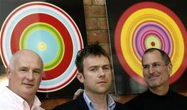 <p>Da sinistra, Eric Nicoli, ex AD di Emi, Damon Albarn, leader dei Blur e dei Gorillaz, e Steve Jobs, amministratore delegato di Apple. Foto d'archivio. REUTERS/Kieran Doherty</p>