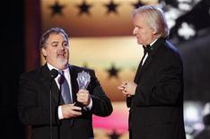 """<p>Продюсер Джон Ландау и режиссер Джеймс Кэмерон получают награду за """"Аватар"""" в номинации """"Лучший экшн"""" на церемонии награждения Critics' Choice Movie Awards в Лос-Анджелесе 15 января 2010 года. Голливудский продюсер Джон Ландау сообщил в минувшее воскресенье, что он планирует вместе с режиссером Джеймсом Кэмероном снять сиквел 3D-блокбастера """"Аватар"""", а также еще несколько новых фильмов. REUTERS/Mario Anzuoni</p>"""
