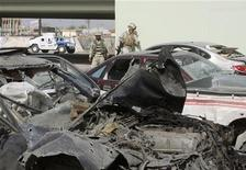 <p>Иракские солдаты осматривают место взрыва в Эль-Фааллудже 15 марта 2010 года. Как минимум семь человек погибли в результате взрыва автомобиля в городе Эль-Фаллуджа в Ираке, 20 человек получили ранения, сообщила полиция. REUTERS/Yasser Faisal</p>