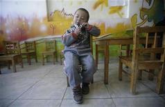 """<p>Imagen de archivo de un niño autista jugando sólo, luego de una terapia en un colegio especializado en niños con autismo """"Stars and Rain School"""", en Pekín. Marzo 23 2009. Investigadores estadounidenses que analizan los cambios genéticos ligados al autismo reportaron el lunes que un avanzado test que busca ADN borrado o extra en los cromosomas funcionó tres veces mejor que los que se usan habitualmente. REUTERS/Jason Lee/ARCHIVO</p>"""