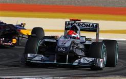 <p>Schumacher durante GP do Barein. Michael Schumacher voltou a um carro de Fórmula 1 no calor do deserto neste domingo para se sujeitar ao tipo de provação que intimidaria homens com metade de sua idade. Ele disse ter gostado.14/03/2010.REUTERS/Yannis Behrakis</p>
