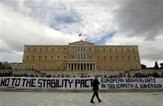 <p>Греческие демонстранты устроили акцию протеста напротив здания парламента в Афинах, 11 февраля 2010 года. Министры финансов стран еврозоны надеются согласовать способы финансовой поддержки обремененной долгами Греции на сегодняшнем заседании Еврогруппы, несмотря на позицию Германии и Франции, испытывающих сильные сомнения в вероятности такого сценария. REUTERS/Yiorgos Karahalis</p>