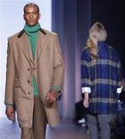 <p>Modelo desfila com peça da coleção 2010 de Tommy Hilfiger no New York Fashion Week. A empresa de vestuário Phillips-Van Heusen Corp anunciou que irá comprar a marca Tommy Hilfiger por aproximadamente 3 bilhões de dólares. 18/02/2010 REUTERS/Shannon Stapleton</p>