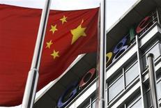 <p>Uma bandeira nacional chinesa tremula em frente do logo do Google na sede da empresa em Pequim, 15 de março de 2010. O Google afirmou que mantém as conversas com o governo chinês sobre a censura de seu portal de buscas no país, apesar dos sinais cumulativos de que a empresa possa fechar suas operações na China em breve. REUTERS/Jason Lee</p>
