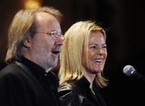 <p>Lyngstad e Andersson, do Abba, durante cerimônia em Nova York. A banda sueca Abba entrou na segunda-feira para o Hall da Fama do Rock and Roll, numa cerimônia que homenageou artistas tão diversos quanto o grupo britânico Genesis e o cantor de reggae Jimmy Cliff.15/03/2010.REUTERS/Shannon Stapleton</p>