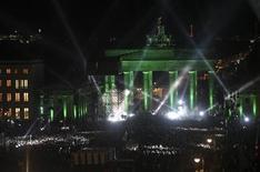 <p>Foto de archivo de la presentación del grupo irlandés U2 durante la ceremonia de premios MTV Europe realizada en la puerta de Brandemburgo, Alemania, nov 5 2009. La próxima ceremonia de entrega de los premios MTV Europe se celebrará el 7 de noviembre en Madrid, informó el martes la cadena musical, la primera vez que la gala tendrá lugar en la capital de España. REUTERS/Maya Hitij</p>