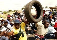 <p>Um ressurgimento de protestos violentos remanescentes da era do apartheid pode atingir a África do Sul antes da Copa do Mundo, num momento em que a população pobre do país aumenta sua pressão por melhores condições de moradia e emprego. REUTERS/Siphiwe Sibeko (SOUTH AFRICA - Tags: TRANSPORT SOCCER CIVIL UNREST POLITICS)</p>