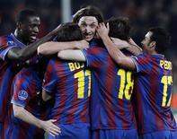 <p>Jogadores do Barcelona comemoram a vitória conta o Stuttgart que classificou o time para as quartas-de-final da Liga dos Campeões. 17/03/2010 REUTERS/Gustau Nacarino</p>
