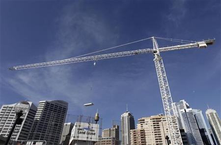A crane lifts building materials at a commercial building site in Sydney September 29, 2009. REUTERS/Tim Wimborne