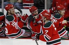 """<p>Игроки """"Нью-Джерси"""" радуются победе над """"Питсбургом"""" в регулярном матче чемпионата Национальной хоккейной лиги 17 марта 2010 года. """"Нью-Джерси"""" после победы над """"Питсбургом"""" со счетом 5-2 занял первую строчку в Атлантическом дивизионе чемпионата Национальной хоккейной лиги. REUTERS/Mike Segar</p>"""