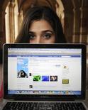 <p>Un'utente americana di Facebook, Alyssa Ravasio, mostra la propria pagina sul sito di social networking mentre è nella sua scuola di Los Angeles. La foto è del 27 gennaio. REUTERS/Phil McCarten</p>