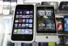<p>L'iPhone d'Apple (à gauche) et le HTC Hero. Le fabricant taïwanais déclare être confiant dans l'issue du procès pour violation de brevets technologiques qui l'oppose à la firme à la pomme, promettant une réponse dans les prochaines semaines. /Photo prise le 3 mars 2010/REUTERS/Nicky Loh</p>