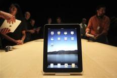 <p>Les opérateurs télécoms européens hésitent à distribuer l'iPad d'Apple, dont les réservations ont démarré lundi aux Etats-Unis, craignant que la tablette tactile ne sature leurs réseaux et ne s'avère finalement guère rentable pour eux. /Photo prise le 27 janvier 2010/REUTERS/Kimberly White</p>