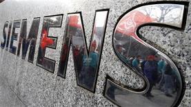 <p>Siemens a dévoilé un projet de suppression de 4.200 emplois à travers le monde dans sa branche SIS de technologies de l'information d'ici l'automne 2011. /Photo d'archives/REUTERS/Tobias Schwarz</p>