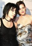 """<p>Membros do elenco Joan Jett (esq.) e Kristen Stewart chegam a estreia do filme """"The Runaways"""" em Nova York. O filme que estreou no Festival de Cinema Sundance entrou em cartaz nos EUA na sexta-feira, 17/03/2010 REUTERS/Jessica Rinaldi</p>"""
