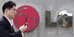 <p>Les fabricants coréens d'électronique grand public LG et Samsung ont conforté l'optimisme des marchés concernant la très forte reprise de la demande dans ce secteur, tout en soulignant que la concurrence devenait de plus en plus rude au niveau mondial. /Photo prise le 19 mars 2010/REUTERS/Lee Jae-Won</p>