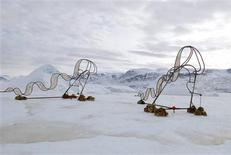 <p>Un par de esculturas metálicas sobre un iceberg cerca del poblado de Uummannaq en Groenlandia, mar 19 2010. Un artista holandés colocó el viernes dos grandes esculturas sobre un iceberg en Groenlandia para dar cuenta del cambio climático, y la gente podrá vigilarlos por internet mientras el hielo se derrite. REUTERS/Ap Verheggen/Handout</p>