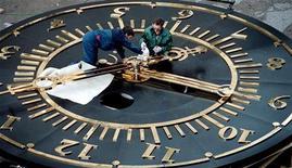 <p>Техники проверяют работу часов в городе Красноярск, 8 сентября 2001 года. Россия приняла брошенный президентом страны Дмитрием Медведевым вызов времени - с 28 марта четыре региона страны поменяют часовые пояса. REUTERS/Ilya Naimushin</p>