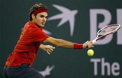 <p>Роджер Федерер отбивает удар Виктора Ханеску во время матча чемпионата ATP Indian Wells в Индиан-Уэллс, штат Калифорния, 14 марта 2010 года. Ассоциация теннисистов-профессионалов (ATP) опубликовала в понедельник новый рейтинг лучших игроков планеты Entry System. REUTERS/Danny Moloshok</p>