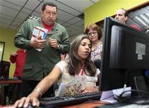 <p>El presidente de Venezuela, Hugo Chávez, en la opertura oficial de un un lugar de internet público, en Caracas. Mar 21 2010. El presidente, Hugo Chavez, negó el domingo que planeara censurar o limitar el uso de internet en Venezuela y dijo que, por el contrario, el uso de la red se había disparado más del 900 por ciento durante la década que lleva en el poder. REUTERS/Palacio Miraflores/entregada</p>