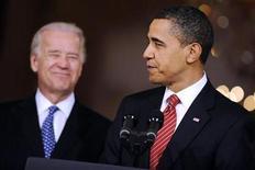 <p>El presidente estadounidense, Barack Obama (en primer plano en la foto), da un discurso sobre la reforma de salud mientras es observado por el vicepresidente Joe Biden en la Casa Blanca, mar 21 2010. Mientras el reloj se acercaba el domingo a la histórica votación de la reforma de salud y los líderes del Congreso luchaban por el apoyo de todos los legisladores demócratas, en la Casa Blanca todo era Twitter. REUTERS/Jonathan Ernst</p>