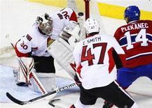 <p>Ottawa Senators goalie Brian Elliott (L) makes a save on Montreal Canadiens' Tomas Plekanec (R) during second period of NHL hockey action in Montreal, March 22, 2010. REUTERS/Shaun Best</p>