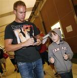 """<p>Нападающий """"Филадельфии"""" Джефф Картер дает автограф мальчику в Калгари 24 августа 2009 года. Нападающий """"Филадельфии"""" Джефф Картер выбыл на срок до четырех недель из-за перелома ноги, сообщает сайт Национальной хоккейной лиги. REUTERS/Todd Korol</p>"""