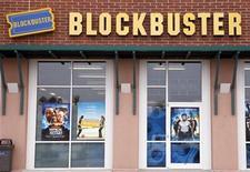 <p>Imagen de archivo de un local de Blockbuster en Golden, Colorado. Sept 16 2009. Blockbuster Inc dijo el martes que alcanzó un acuerdo con el estudio Warner Bros., de Time Warner Inc, que permite que a la mayor cadena minorista de películas en Estados Unidos alquilar DVD de Warner el mismo día en que salen a la venta. REUTERS/Rick Wilking/ARCHIVO</p>