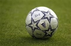<p>Футбольный мяч лежит на газоне Олимпийского стадиона в Афинах 22 мая 2007 года. УЕФА разрешила игрокам в течение одного сезона еврокубков играть за две разные команды, при условии перехода футболиста в ходе турнира в другую команду. REUTERS/Dylan Martinez</p>