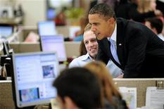 <p>Il presidente degli Stati Uniti Barack Obama davanti a un pc per postare un messaggio su Twitter mentre è in visita nella sede operativa della Croce Rossa a Washington. La foto è del 18 gennaio scorso. REUTERS/Jonathan Ernst</p>