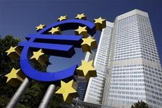 <p>Outside view shows the Euro sculpture in front of the headquarters of the European Central Bank (ECB) in Frankfurt September 18, 2008. REUTERS/Alex Grimm</p>