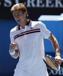<p>Игорь Андреев во время матча турнира Australian Open с Рождером Федерером в Мельбурне 19 января 2010 года. Российский теннисист Игорь Андреев вышел во второй круг турнира Sony Ericsson Open, проходящего в Майами. REUTERS/David Gray</p>